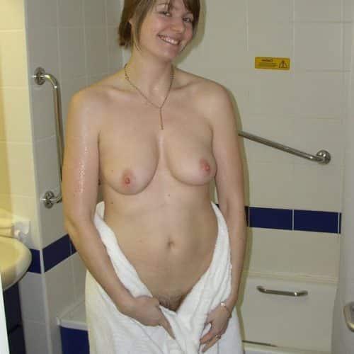 Frisch aus der Dusche und bereit für gratis Ficken
